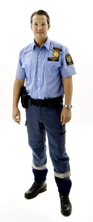 Ny kollektion. Ordningsvakten Thomas Nilson visar en variant av den nya uniformen.Bild: Kicki Nilsson