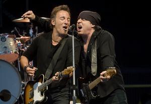 Sju grader och regn verkade inte bekomma Bruce Springsteen och hans vapendragare Little Steven när de tillsammans med E Street Band spelade på Stockholms stadion under torsdagskvällen.