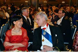0 Grace Renjuei Tsiang och utrikesminister Carl Bildt vid honnörsbordet.