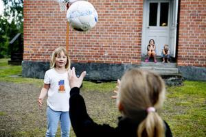 – Jag tycker att det är härligt när det regnar, säger Flora Bergman, 6.