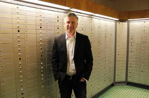 """""""Bosse König har fastnat i bankfacket"""", där har du rubriken, säger han och skrattar när jag tar bilden nere i SEB:s bankvalv."""