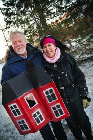 Anders Hultman har gjort årets julgransprydnader och Liselott From ljussätter Lionsgranen framför rådhuset.