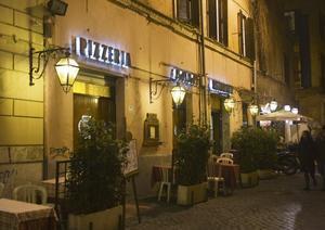 Många att välja på. Gränderna i Trastevere kryllar av uteserveringar.