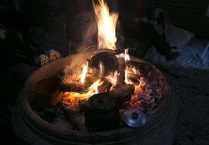 I Skedomsskolans kåta bjöds det på kokkaffe över öppen eld.