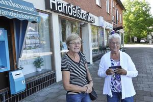 Berit Årman, Årböle, och Maj-Lis Ågren, Elinge framför banken i Skärplinge som rånades 2005. Maj-Lis, som var i vårdcentralen intill, mötte kunden som skottskadades.