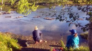 Skönt med en paus. Mathilde Wennstig och  Johanna Leiner Olsson känner på vattnet.
