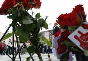 Rosor till Östros. Socialdemokraternas finansministerkandidat besökte Gävle på fredagen.
