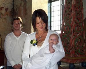 Den 3 september döptes Seth Adrian Larsson i Alnö kyrka. Dopet förrättades av Anna-Maria Larsson. Han bars fram till dopet av faddrarna Johan Larsson och Therese Söderqvist. Adrians föräldrar heter Seth och Jennie Larsson, Alnö. Sång framfördes av den stolta storasystern Amanda.Foto: privat