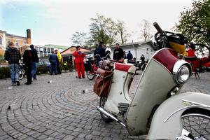 Några mopedvespor fanns med i veteransällskapet.