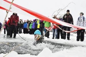 Niondeklassaren Fia Roos från Kastalskolan i Brunflo tog chansen att bada i isvak under onsdagen.