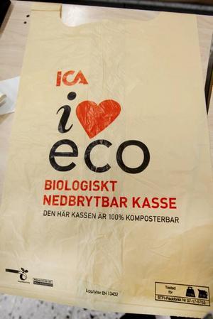 GAMLA TRYCKET. Så här ser en variant av Icas miljökassar ut, som fanns hos Maxi Ica i Hemlingby på fredagen. Men nu har Ica tagit bort texten 100 % komposterbar och ersatt det med en längre text som går ut på att påsen är biologiskt nedbrytbar.