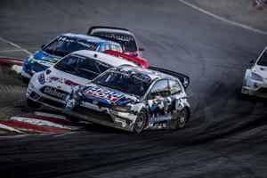 Kevin Eriksson (i den vita bilen) är svårslagen i Rally X Nordic. Bilden är tagen i Grenland i Norge och visar en duell med Johan Hedström.