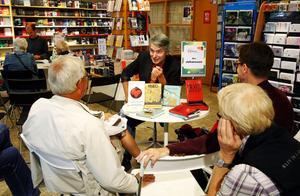 Författaren Åke Johansson, Sundsvall, underhöll åhörarna med berättelser ur sin bok Transpottern på höstbokmässan i går.