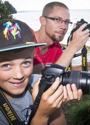 Jonas och Victor Hansols passade på att i Roxnäs fotografera starten av Poker Run med sina kameror.