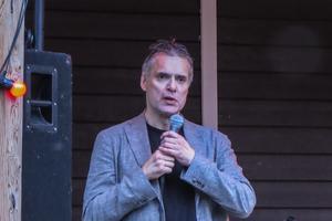Dragplåstret vid ingivningen på fredagskvällen var årets Cornelisstipendiat: skådespelaren, regissören, artisten och sångaren Thorsten Flinck från Stockholm.