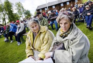 Förstagångsbesökarna Margit Zetterberg och Anna-Lisa Fritsborn hade tagit plats i sluttningen framför scenen. De väntade med spänning på en fin musikupplevelse.