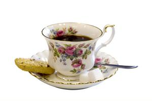 Kaffetåren serveras i fint porslin. En sockerbit därtill och naturligtvis en torr kaka till tanten.