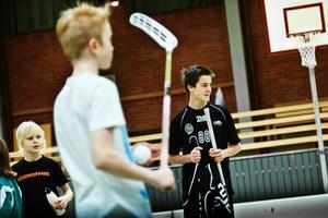 Vana vid skäll. Harald Andersson (i vitt) och Oskar Wennerlund (i svart) tränar flera lag i Lillån och är även domare. På matcher har de flera gånger fått skäll av vuxna när domslut gått dem emot.