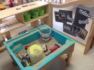 Inomhussand. Ett sandbord inomhus på en förskola i Leeds.