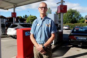 Det måste bli hårdare straff för bensinsmitare, anser Thomas Berglund, stationschef vid OKQ8 i Älandsbro.