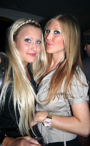 Pluto. Ann-Sofie och Emelie