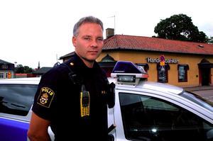 Utsatt yrke. Stefan Engström tänker mer på sin och sina kollegors säkerhet sedan händelserna i Nyköping och Älvsbyn. Foto: Jenny Lagerstedt