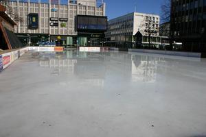 Solstrålarna hjälper isen att smälta bort.