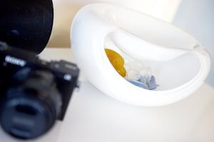 Kameran används inte bara för att ta bilder, den ligger också framme som prydnadsdetalj. Och skålen intill används som förvaring till barnens nappar.