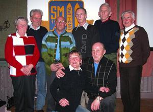 SM-åkare. Åtta längdåkare som var med och tävlade vid skid-SM i Malung 1957 fanns med vid jubiléet, De som kom till den succéartade tillställningen var bakre raden fr.v. Doris Olsson, Åke Flygar, Sven Jernberg, Erik Eriksson, Gunnar Samuelsson och Sten Olsson. Främre raden Gunvor Fritzon och Göte Sandbäck.