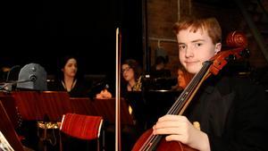 Sven Långström tar ensam hand om cellostämman.