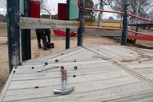 En besiktningsman har underkänt lekutrustningen och Thomas Perzons försäkringsbolag har nekat att försäkra den.