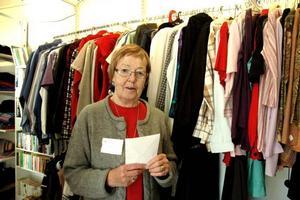 ÄNTLIGEN. Barbro Johansson vid Röda Korset i Tierp är glad för att de efter två års planering öppnat en Kupan-butik. Kläder är den viktigaste delen av försäljningen.