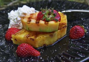 Frukt, både svensk och exotisk, kan läggas på grillen och bjudas med riktigt kyld, vispad grädde.