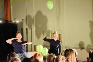 Delaktiga. På slutet av föreställningen Ögonblick fick barnen på Gläntans förskola och Ekbackens förskoleklass själva prova på att dansa efter fantasins egen pipa.
