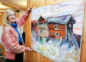 Gunilla Ellis hänger upp sin bortgångne man Bengt Ellis tavlor inför en utställning på Medborgarhuset i Hammerdal. Foto: Patrik Sjödin