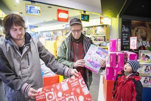 Daniel Mattsson och Björn Granath var två av många kunder som slog in julklappar vid Lekia.