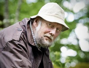 Författaren Torgny Lindgren är föremålet för uppmärksamheten i Kaj Schuelers intervjubok, men släpper inte in läsaren i det mest privata. Orden och samtalet bjussas däremot generöst på.