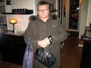 Berit Madsen stängde handväskan och lade den större väskan över innan hon gick några meter till toaletten på tåget mellan Järvsö och Bollnäs. Ändå blev handväskan länsad.