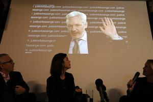 Julian Assange var med via länk på den presskonferens som hölls under fredagen för att kommentera FN-gruppens beslut.