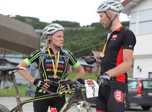 Vinnarna i Fjällturens huvudklasser, Nellie Larsson och Fredrik Eriksson, går igenom sina lopp.