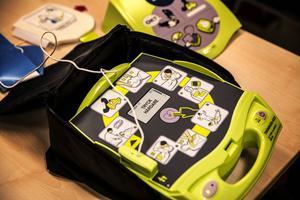 Hjärtstartaren instruerar användaren om hur den ska användas.