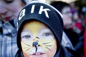 Fyraårige Isac Ivarsson är stor bandyfantast. Han har varit på flera matcher och såg hela SM-finalen på tv.