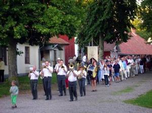 En Hejsan Sverige-tur kan leda till Medevi brunn, en miljö som hämtad ur en gammal svensk långfilm, med dans och kvällsliv under höga lindar, almar och ekar. Brunnsorkestern ledde grötlunken med standar och tofslärkor. Kungen fick bära standaret, när sessorna och prinsen konfirmerades här.