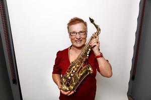 Marianne Joelsson gillar att spela saxofon. – Det skulle behövas fler kvinnliga blåsare, säger hon.