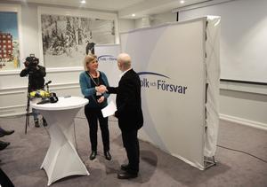 MSB:s generaldirektör Helena Lindberg skriver under Sveriges avtal om medlemsskap i Stratcom. Stratcoms chef Janis Sarts välkomnar Sverige in i gemenskapen.