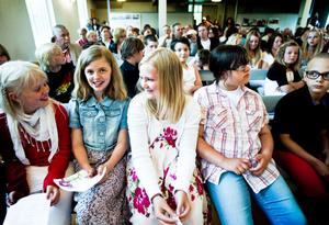 Savanna Lindgren Sköld, i mitten, längtar efter sommarlov. Fast hon tycker att det är för långt, en månad kortare vore perfekt.