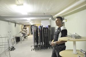 Tekniker Mats Dalberg i skyddsrummet som används som förråd, vilket också andra skyddsrum i Tierpsbyggens hus gör.