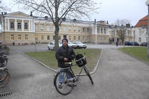 """Miljövänlig. Rojas Portillo bryr sig inte nämnvärt mycket om att det kan bli gratis helgparkering. """"Vi västeråsare ska tänka ännu mer på miljön och välja cykeln i stället"""", säger han."""
