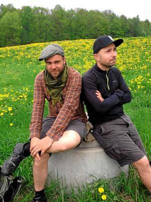 Vandringsman. Stiko Per Larsson når nu Grythyttan, Nora och Dalkarlsberg på sin vandringsturné. Här från 2013 då han gick tillsammans Nikola Sarcevic.