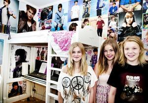 I sitt Biebertapetserade rum firade Agnes Nilzon konsertbiljetterna tillsammans med kompisarna Elin Nyman och Julia Berglund.